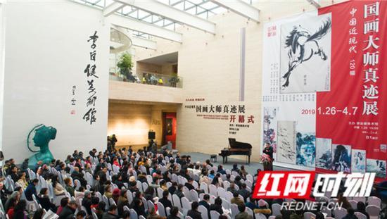 """一场汇集百余年来28位顶级国画大师杰作的""""中国近现代国画大师真迹展""""在长沙洋湖之畔的李自健美术馆开幕。"""