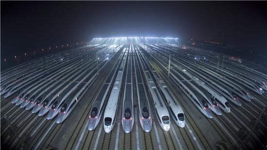 动车组列车停靠在武汉动车段的存车线上,准备进行检修和保温作业(1月20日摄)。新华社记者 熊琦 摄