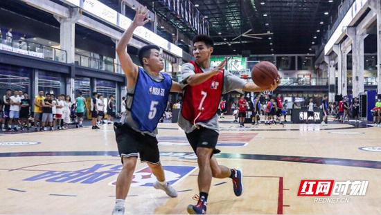 长沙篮球红人唐日辉(右)突破上篮。