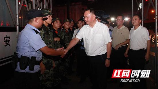 衡阳市委书记郑建新督导检查街面大巡防工作。