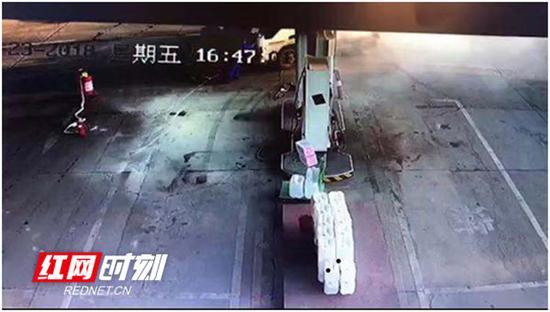 当班员工合力将事故车辆推离加油区。