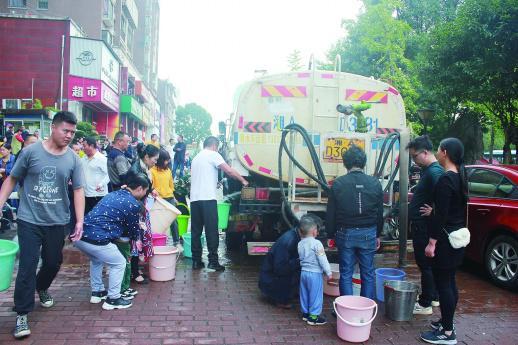9月24日上午,长沙县圆梦·完美生活住宅小区因为停水,小区居民在供水车前排起长队。记者 胡锐 摄