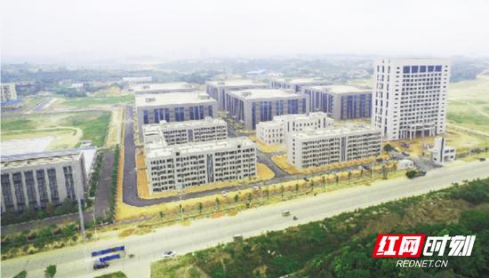 2017年7月,坐落于岳阳经开区的岳阳现代装备制造产业园正式开园,一期项目总建筑面积约30万平方米,截至目前有30多家企业入驻,年产值近6亿。