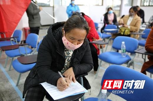 岩泉镇竹渚村村民邓立英现场填写入职登记表。