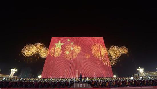 国庆晚会出现90米长60米高的巨幅国旗,转发这面国旗,愿祖国繁荣昌盛!(来源:新华社)