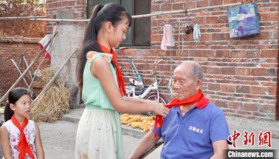 孩子们为刘用和戴上了崭新的红领巾。 双牌县宣传部供图