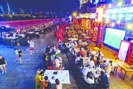 世界杯引爆夜市消费 长沙市民露天看球赛