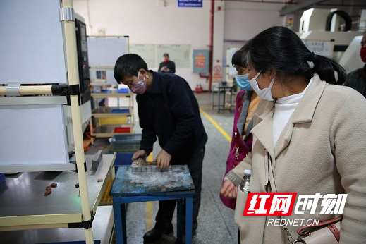 应聘者参观立敏达公司生产车间。