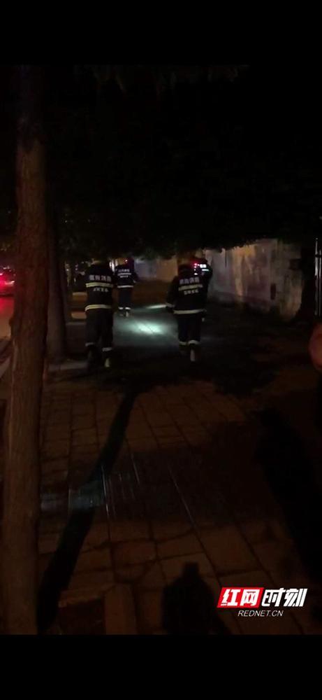 消防官兵正在紧急处置(手机截图)。