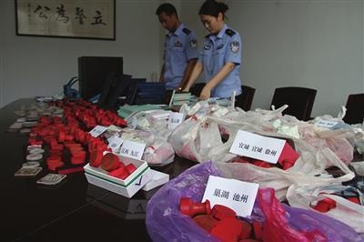岳阳警方捣毁一特大贩卖假证窝点 查获1082枚假印章
