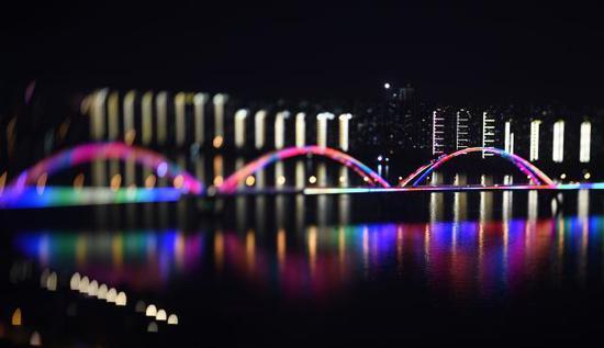 夜色中的长沙市湘江福元路大桥。