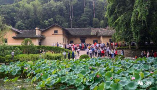 众多游客在韶山市毛泽东同志故居前参观。喻名才 摄