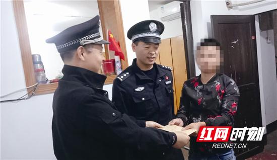 正义(化名)(右一)受到宁乡市委政法委和市公安局的表彰奖励。本报记者 李先强 摄