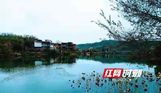"""如今,受到精心呵护的清江河早已碧波荡漾,成了一幅美丽的""""山水画"""",全县的""""样板河""""。"""