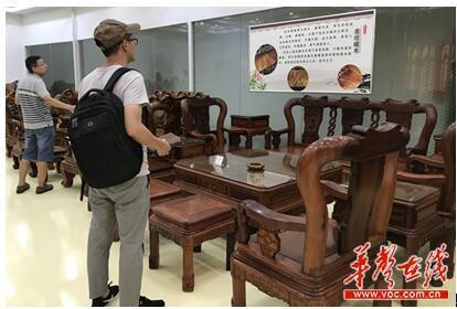 湖南广东家居智造产业园楚荣家具公司的展厅内,摆放着不同类型的家具。