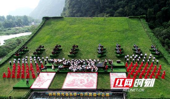 18日,2018年度诗歌创新奖揭晓,张家界系列诗歌音乐文化旅游活动名列榜首。