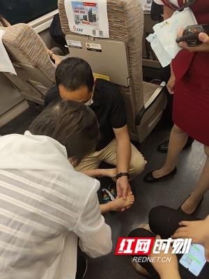 杨卫萍正在高铁上为小女孩开展紧急救治。