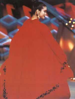 1991年4月,中国首届百名模特时装展示会在京举行。图为名模彭莉