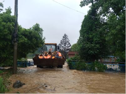 ▲5月10日强降雨过后,绥宁县正在对人员进行转移。