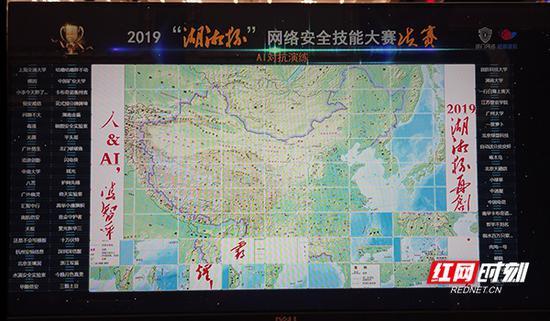 人工智能AI演练比赛现场,一张中国地图,被撕碎打乱成了2500个小块,参赛队伍需要现场写程序,用AI程序把地图还原,拼接回来。