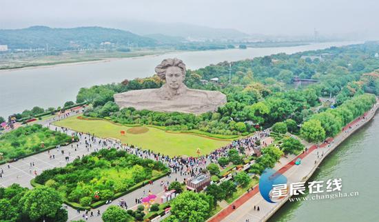 (十一国庆节期间,长沙橘子洲景区游人如织。星辰全媒体记者 陈诚/摄。)