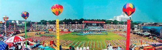 1998年8月18 日郴州举办商品交易会,第一次在东风广场举行大型团体操表演及商品彩车巡游,气氛空前热烈。徐大卫摄