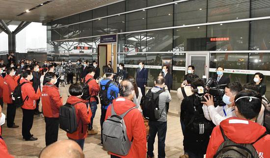 湖南支援湖北武汉市、黄冈市医疗队凯旋,省委书记杜家毫,省委副书记、省长许达哲等领导来到长沙高铁南站迎接。