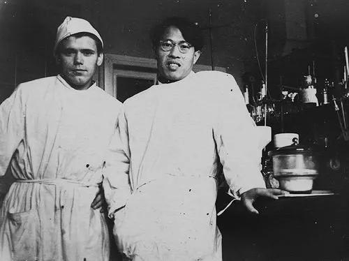 1959 年傅依备与他指导的毕业生在列宁格勒大学实验室
