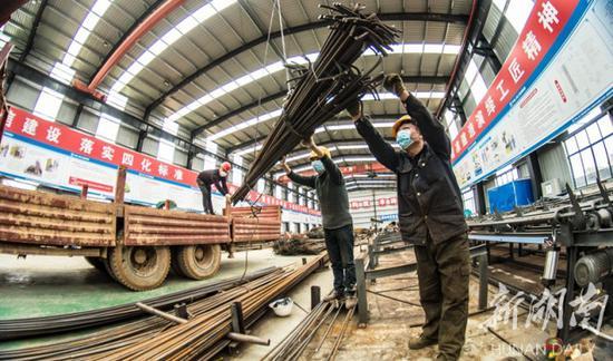 (2月18日,中铁上海局常益长铁路四标段二号钢筋加工厂,工人正在吊装钢筋。该项目管段工程已于近日全线复工,在做好疫情防控的同时,确保安全质量、工程进度。 童迪 郭懿 摄)