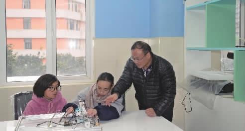 3月19日,长沙市周南梅溪湖中学高三学生温馨利用课余时间,在老师秦有才的指导下进行实验。实习生张娜记者陈舒仪摄