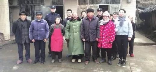 1月13日,常德鼎城区尧天坪镇,盆某英前排右二回到了离开24年的家。图/受访者提供