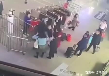 祁东高铁站乘客因进站问题被工作人员殴打