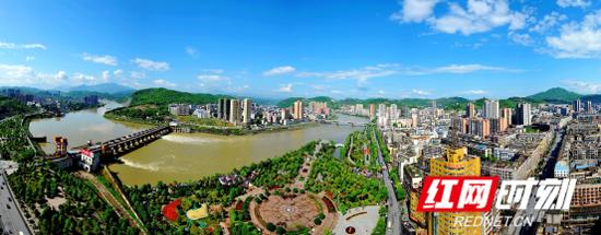 依山傍水的冷水江市城区鸟瞰图。