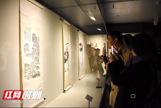 """元旦期间,""""故里山花此时开""""齐白石作品回乡展在湘潭市博物馆开展,展览将持续到2019年2月26日。"""