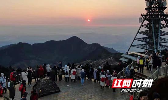 元旦假期,衡阳天气晴好,冰雪过后的南岳衡山更显清丽,吸引了全国各地游客到此赏景游玩。