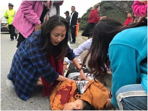 事故现场,周炜正在对伤者进行紧急施救。图片由周炜丈夫提供