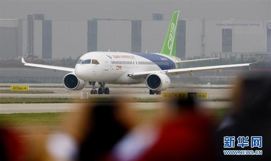 中国首款国际主流水准的干线客机C919在上海浦东国际机场首飞成功(2017年5月5日摄)。 新华社记者 方喆摄
