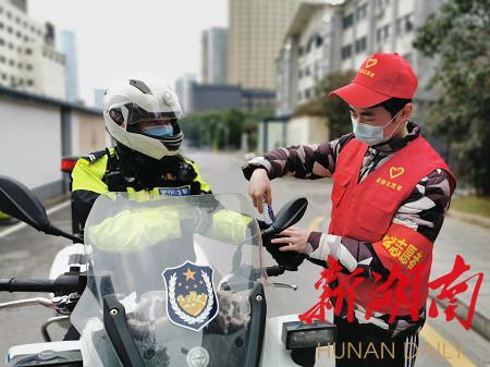 (2月22日,长沙市芙蓉区五里牌街道燕山街社区党员志愿者参加抗击疫情行动。甘超摄)