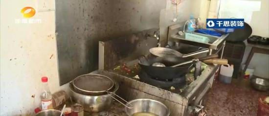 炒菜过程导致一些油渍残渣掉落在这,没有及时清理,整体卫生环境脏乱,调味品直接放在地上。