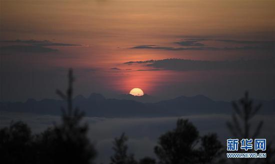 这是在摩天岭上拍摄的日出(8月29日摄)。 新华社记者 曹祎铭 摄