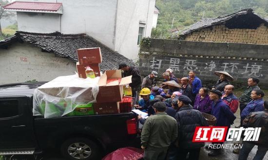 湖南省档案馆工作队为村民分组(自然寨)发放慰问物资。
