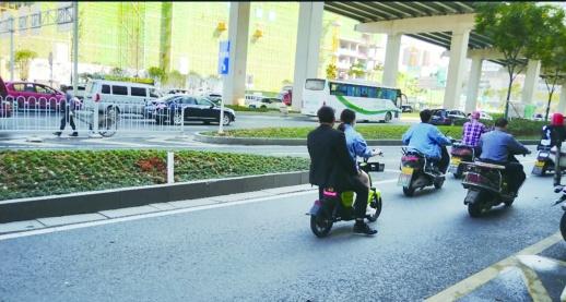▲共享电动车严禁载人,但仍有不少市民违规。