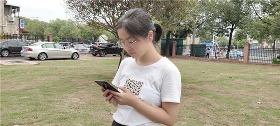 9 月 12 日,刘媛来到湖南大学报到,给奶奶打电话报平安。图 / 受访者提供
