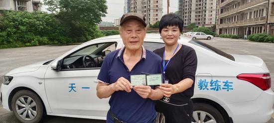 带老伴旅游的承诺可以兑现了!株洲80岁大爷奋战半年拿到驾照
