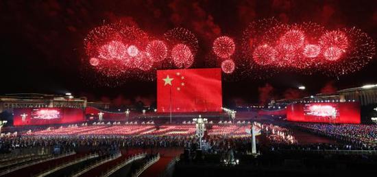 10月1日晚,庆祝中华人民共和国成立70周年联欢活动在北京天安门广场举行。国庆晚会出现90米长60米高的巨幅国旗,转发这面国旗,愿祖国繁荣昌盛!(人民日报客户端 李舸 摄)(来源:新华社)