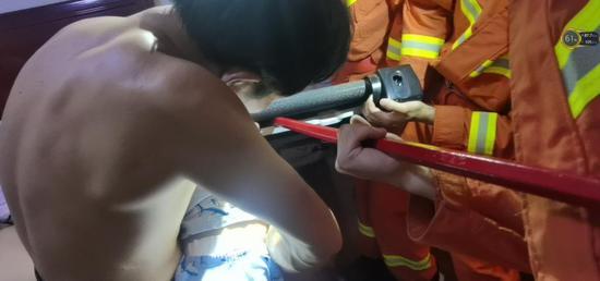 一幼儿手卡跑步机底座 消防员还没进门就听到了哭声