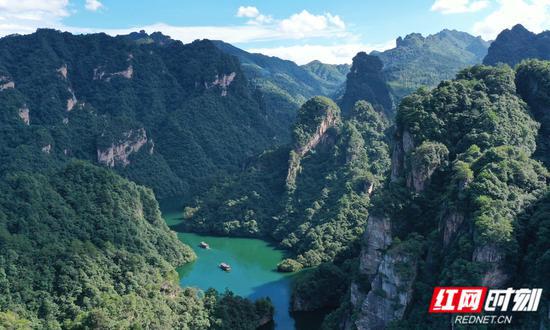 游人乘船在张家界武陵源景区宝峰湖游览。吴勇兵摄
