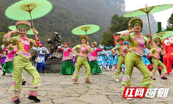 春节期间,工作人员身着民族服装在景区进行巡游表演。