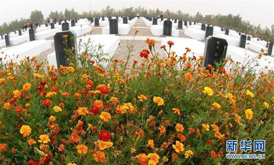 盛开的鲜花陪伴着长眠在东风烈士陵园的英雄们(2006年9月3日摄)。 新华社记者庞兴雷摄