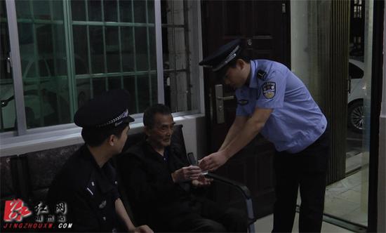民警将走失老人带回派出所照顾。